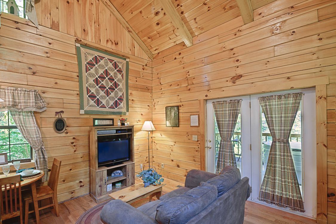 Log cabin lodging in hocking county near ohio university Getawaycabins com
